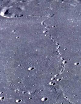 Surco ¿fluvial? con cráteres alineados en la Luna