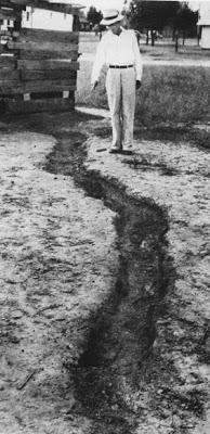 Cicatriz causada por un rayo en un campo de béisbol