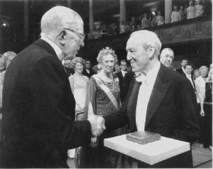 Hannes Alfvén recibe el Premio Nobel de Física el 11 de diciembre de 1970