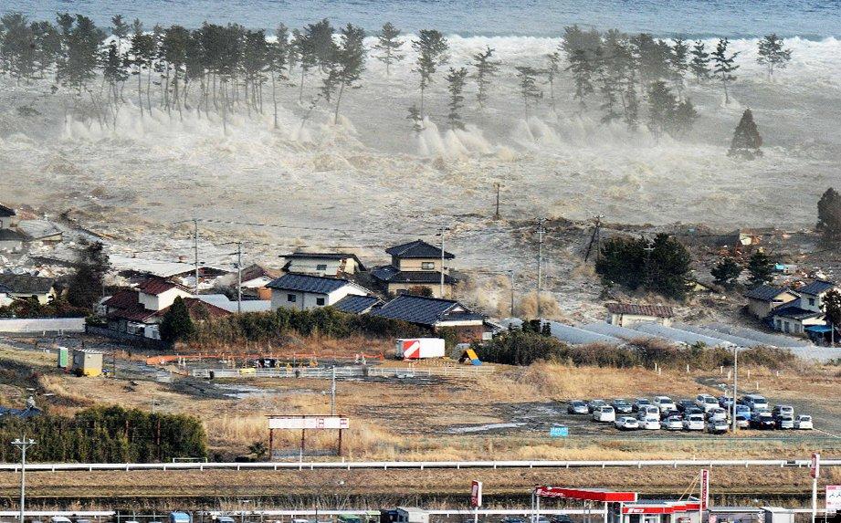 Tsunami en Japón 11 de marzo de 2011.  Ola de 10 metros arrasando Natori