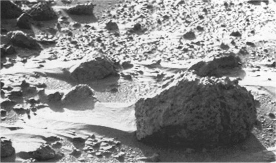 Marcas de viento tras rocas en Marte