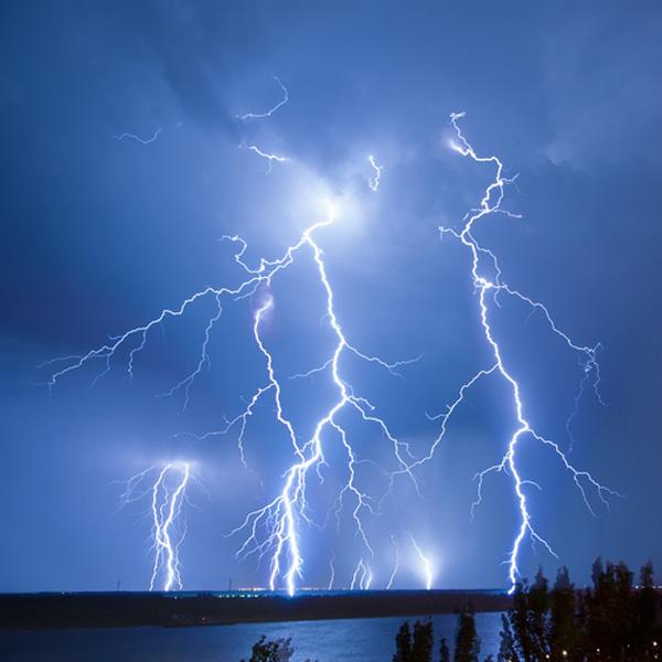 Sucesión de varios rayos en una gran tormenta eléctrica