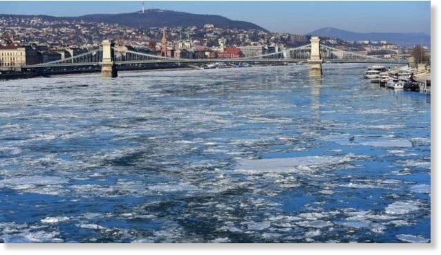 Hielo flotando en el Danubio a su paso por Budapest